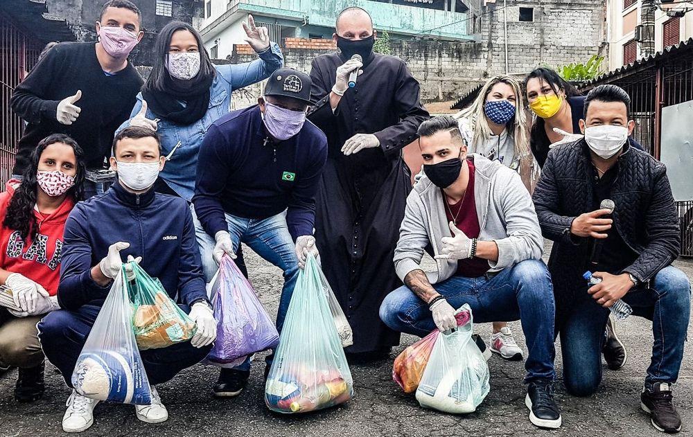 Padre Gean Medeiros, Cantor Christian Moraes e voluntarios da Ação Social
